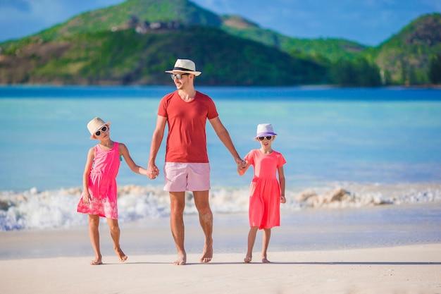 Vater und kinder, die strandsommerferien genießen Premium Fotos