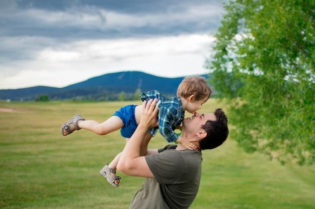 Vater- und kleinkindjunge haben spaß in berge Premium Fotos