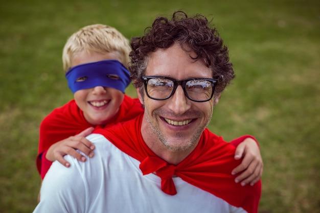 Vater und sohn als übermensch verkleidet Premium Fotos