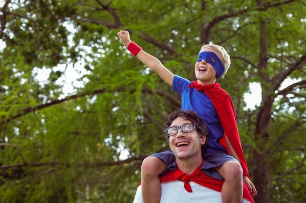 Vater und sohn, die vortäuschen, superheld zu sein Premium Fotos