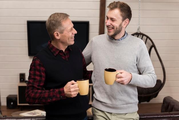Vater und sohn, die zusammen kaffee genießen Kostenlose Fotos