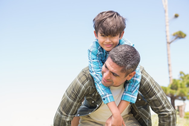 Vater und sohn in der landschaft an einem sonnigen tag Premium Fotos