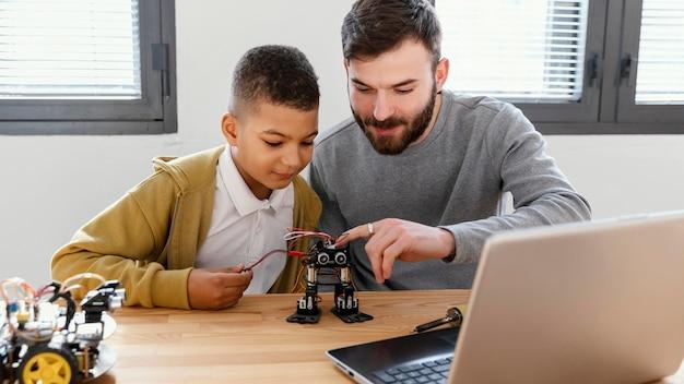 Vater und sohn machen roboter Kostenlose Fotos