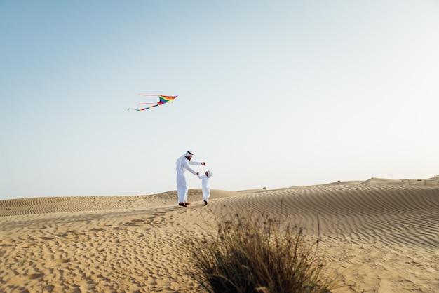 Vater und sohn verbringen zeit in der wüste Premium Fotos