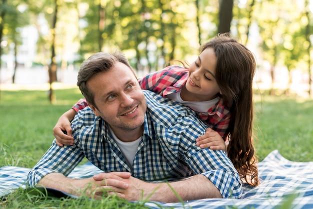 Vater und tochter, die spaß im park haben Kostenlose Fotos