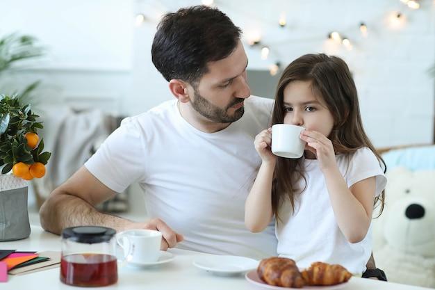 Vater und tochter frühstücken in der küche Kostenlose Fotos