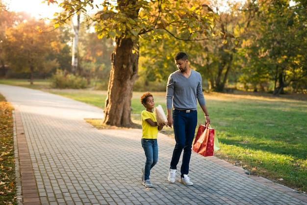 Vater und tochter gehen gerne zusammen spazieren Kostenlose Fotos