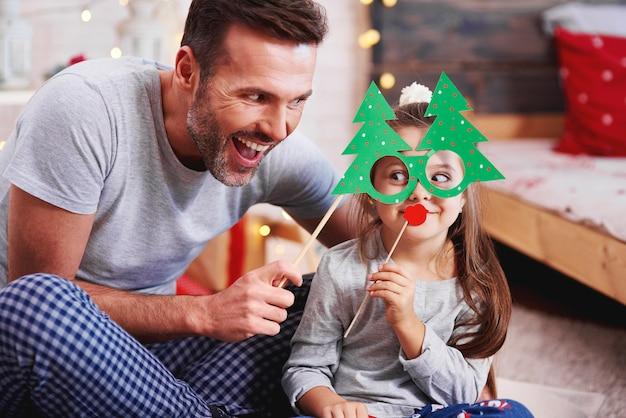 Vater und tochter haben spaß zur weihnachtszeit Kostenlose Fotos
