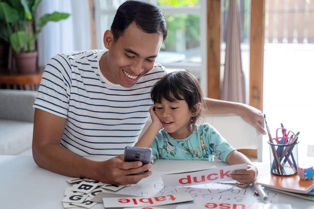 Zuschauen Und Lernen Mit Der Tochter
