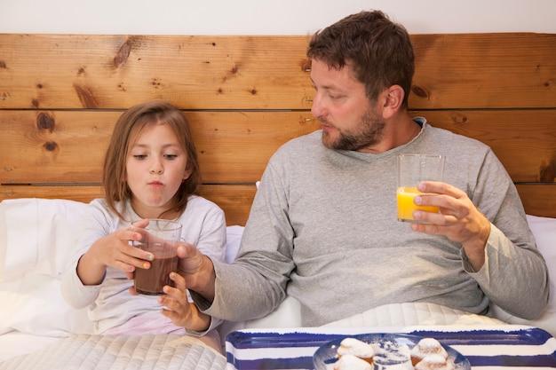 Vater Und Tochter Im Bett