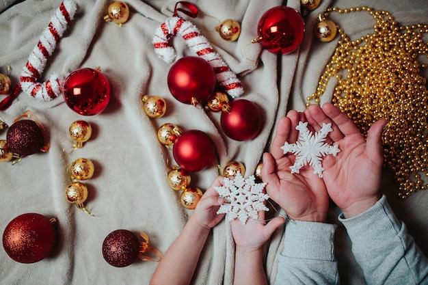 Vater und tochter schmücken einen weihnachtsbaum. Premium Fotos