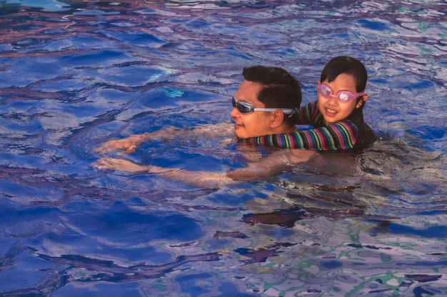 Vater und tochter schwimmen zusammen Premium Fotos