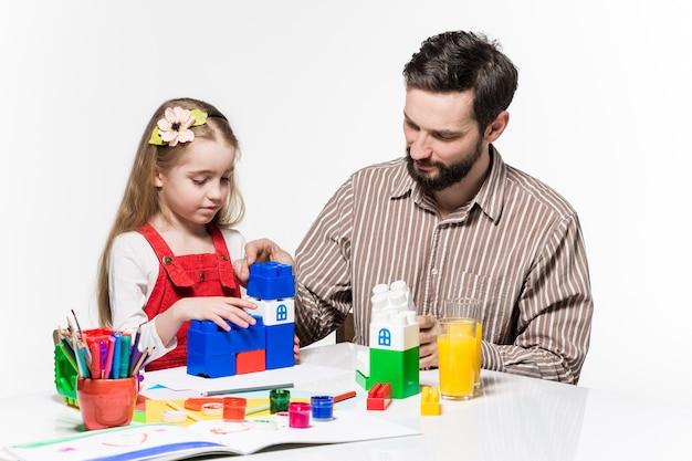 Vater und tochter spielen zusammen lernspiele Kostenlose Fotos