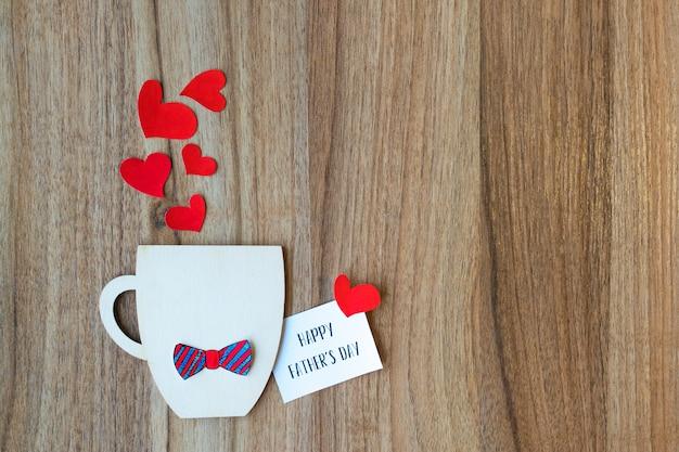 Vatertag-konzept. dekorative tasse mit papierfliege und herzen Premium Fotos
