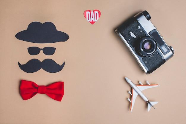 Vatertags-komposition mit dekorativer roter fliege Kostenlose Fotos