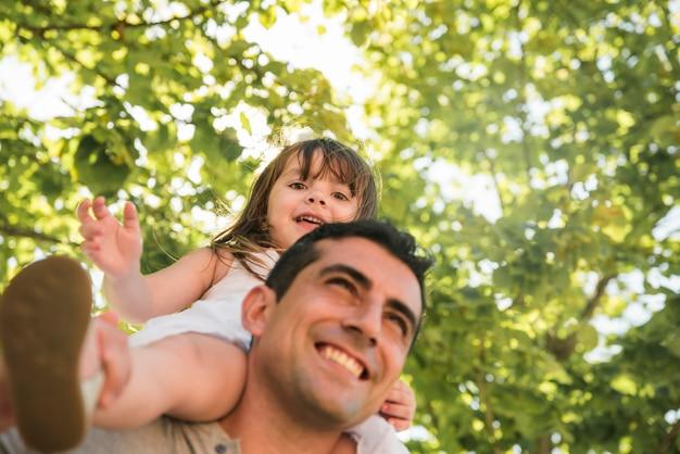Vatertagskonzept mit familie draußen Kostenlose Fotos