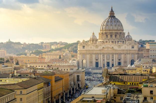 Vatikan von der antenne mit sonnenstrahlen im sonnenuntergang, rom, italien Premium Fotos