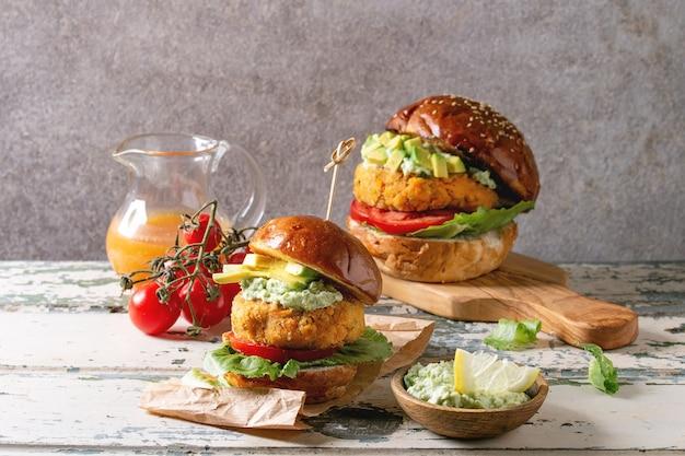 Vegane burger mit karotten Premium Fotos