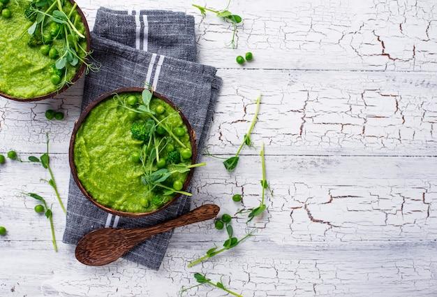Vegane grüne brokkolisuppe Premium Fotos