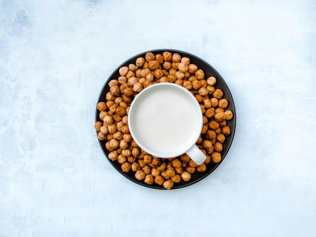Vegane haselnussmilch. ansicht von oben Premium Fotos