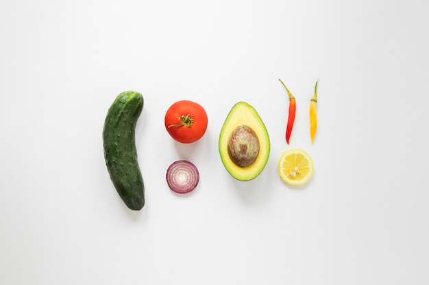 Vegane leckereien auf weißem hintergrund Kostenlose Fotos