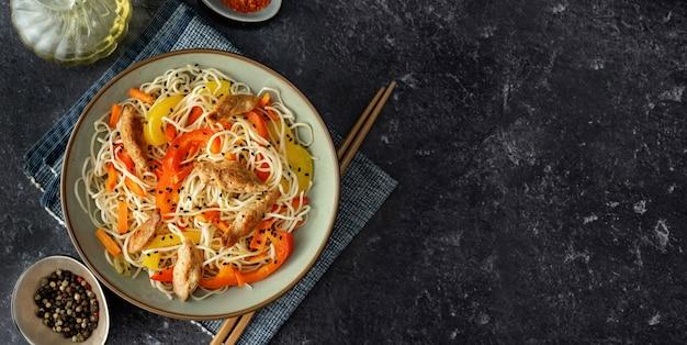 Vegane nudeln mit sojafleisch und gemüse Premium Fotos