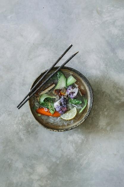 Vegane nudelsuppe mit tofu-food-fotografie-rezeptidee Premium Fotos