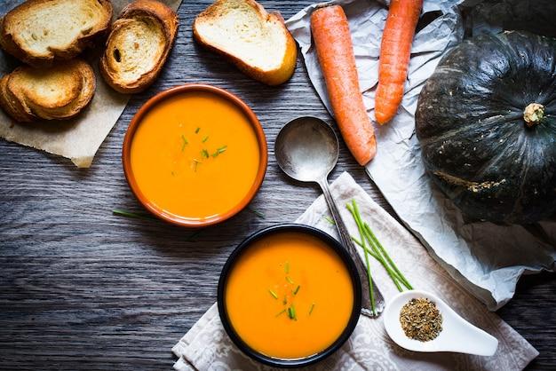 Vegane sahnige köstliche kürbissuppe Premium Fotos