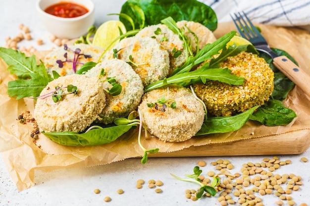 Vegane schnitzel (burger) aus linsen, kichererbsen und bohnen. gesundes lebensmittelkonzept des strengen vegetariers, detoxteller, pflanzliche diät. Premium Fotos