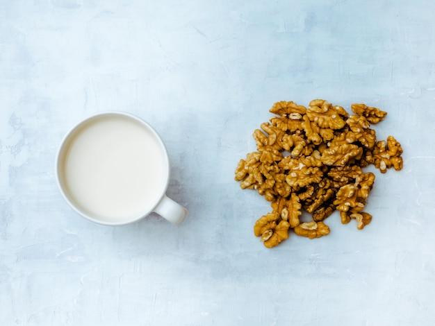 Vegane walnussmilch mit walnusskern. ansicht von oben. Premium Fotos