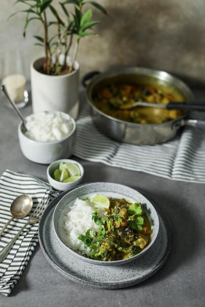 Veganer gemüsecurry mit reis Premium Fotos
