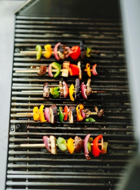 Veganer grill, der auf einem holzkohlegrill grillt Kostenlose Fotos