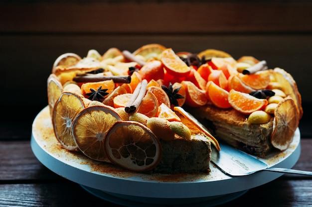 Veganer zitrusfruchtkuchen des selektiven makrofokus mit den gewürzen bunt Premium Fotos