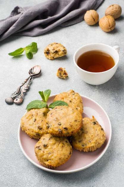 Vegetarische muffins des hafermehls mit blaubeeren und nüssen auf einer platte. konzept gesundes frühstück. Premium Fotos