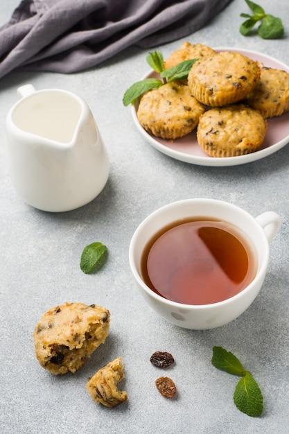 Vegetarische muffins des hafermehls mit blaubeeren und nüssen auf einer platte Premium Fotos