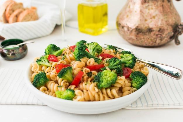 Vegetarische pasta fusilli mit tomaten und broccoli Kostenlose Fotos