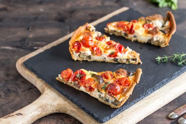 Vegetarische selbst gemachte torte auf beton Premium Fotos