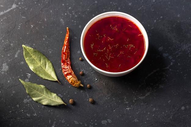 Vegetarischer borschtsch in einer schüssel. teller rote-bete-suppe. traditionelle ukrainische russische küche. Premium Fotos