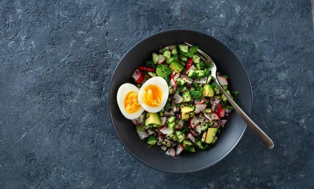Vegetarischer gesunder salat mit gurke, rettich, avocado und quinoa Premium Fotos