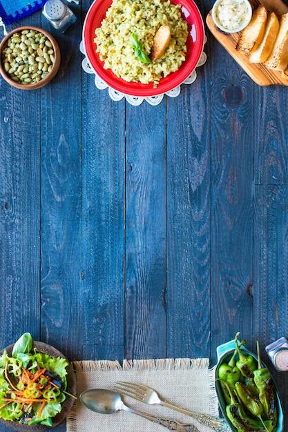 Vegetarischer risotto mit verschiedenem gemüse, auf hölzerner rustikaler tabelle. Premium Fotos