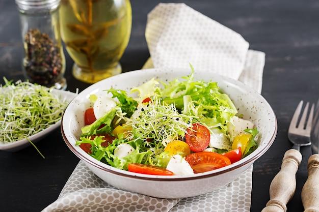Vegetarischer salat mit kirschtomate, mozzarella und kopfsalat. Kostenlose Fotos
