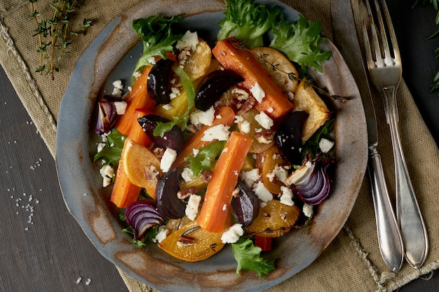 Vegetarischer salat schafskäse, gebackenes gebratenes gemüse, keto ketogene dash diät. Premium Fotos