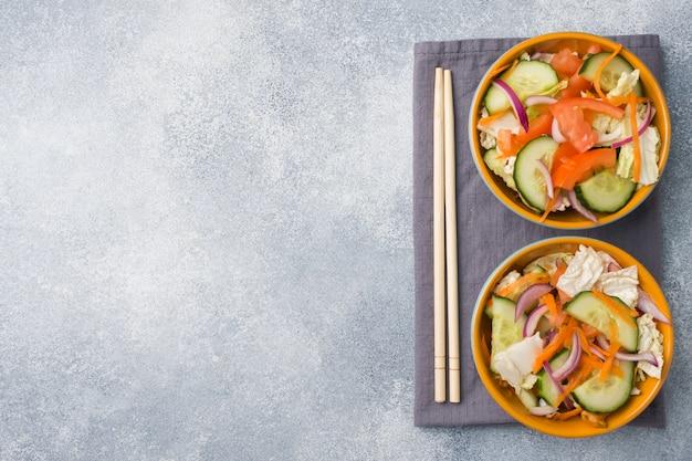 Vegetarischer salat von rohem frischgemüse in einer platte Premium Fotos