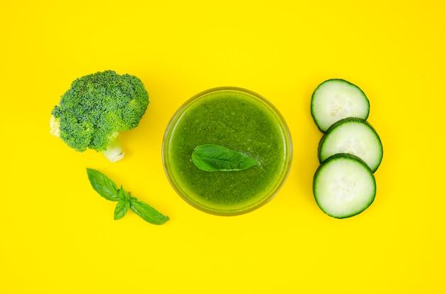 Vegetarischer smoothie aus gurke und brokkoli Kostenlose Fotos