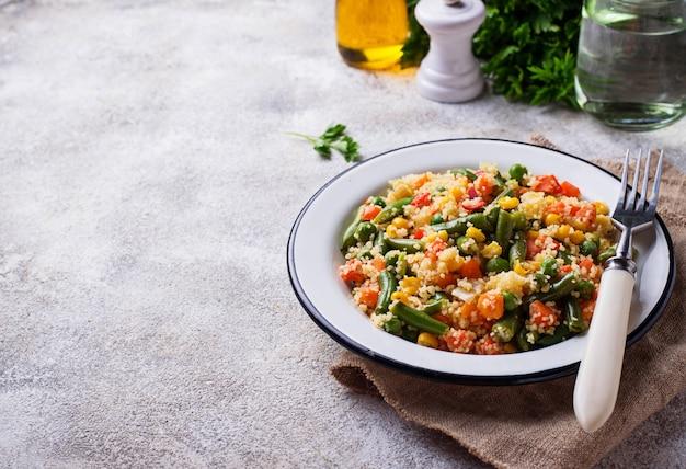 Vegetarisches gericht couscous mit gemüse Premium Fotos