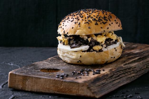 Veggie-burger mit schwarzem reis Premium Fotos