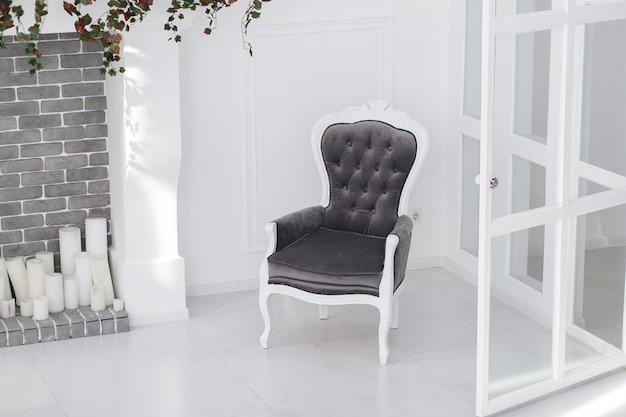 Velours vintage sessel in minimalistischem skandinavischem raum mit ziegelkamin Kostenlose Fotos
