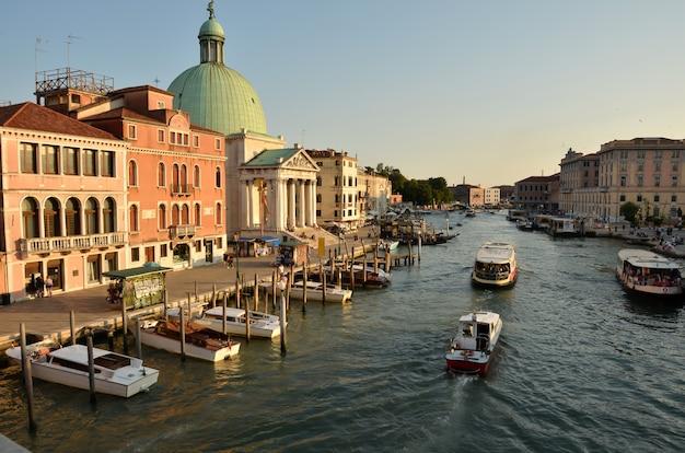 Venedig in italien. blick über den canal grande. Premium Fotos