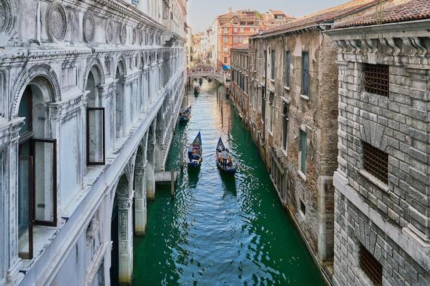 Venedig, italien. blick von der seufzerbrücke. traditioneller schmaler kanal mit gondeln in venedig, italien Premium Fotos