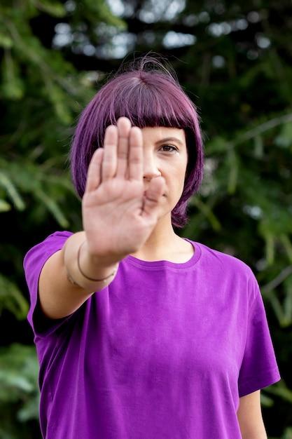 Verärgerte frau mit im purpur die handpalme zeigend, die stopp sagt Premium Fotos
